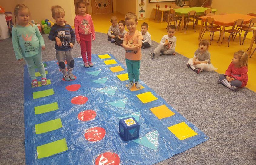 Krasnoludki uczą się figur geometrycznych, a przy okazji zażywają trochę ruchu