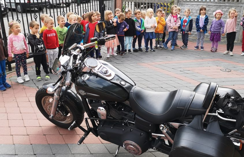 Spotkanie Niedźwiadków i Słoneczek z motocyklistą