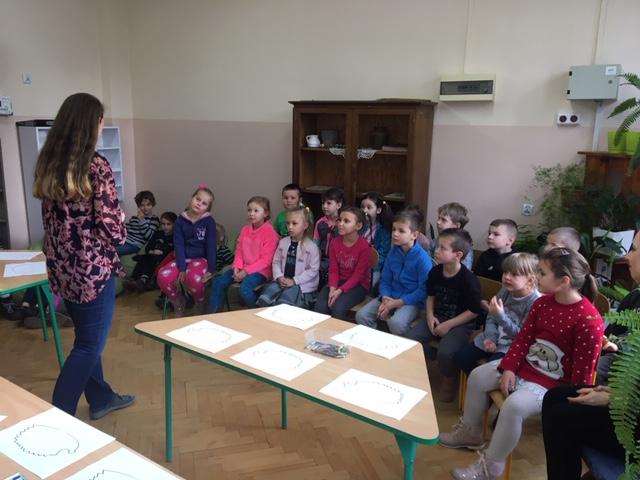 Żabki – Pierwsza Lekcja w szkole nr 61 /zajęcia w czytelni szkolnej