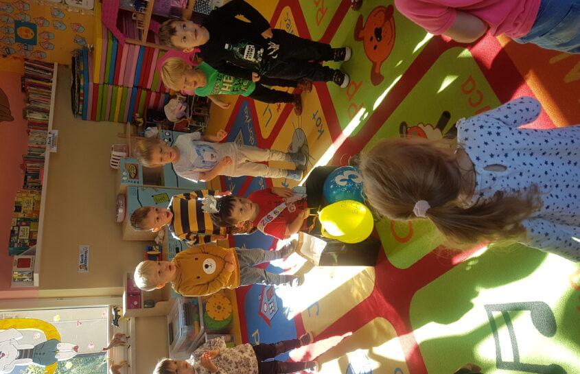 Zabawy Króliczków w ogródku oraz urodziny Alejandro i Lenki